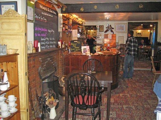 The silent Woman Inn: Welcoming bar scene