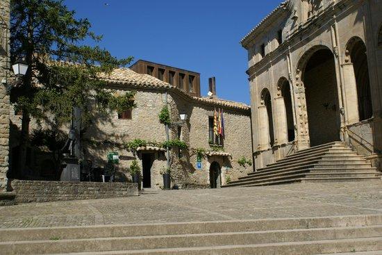Hospederia Roda de Isabena: Entrée de l'hôtel et cathédrale