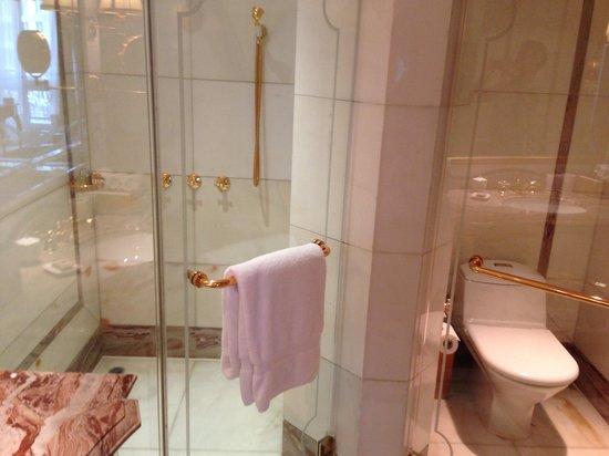 Legendale Hotel Beijing : Bathroom