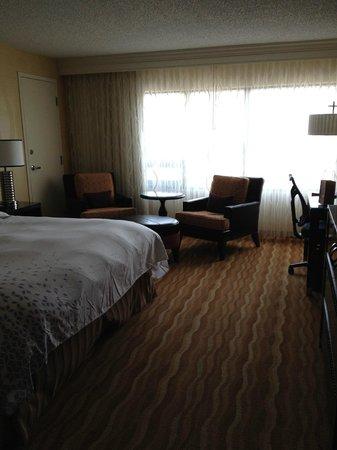 Renaissance Baltimore Harborplace Hotel: Room from door to left