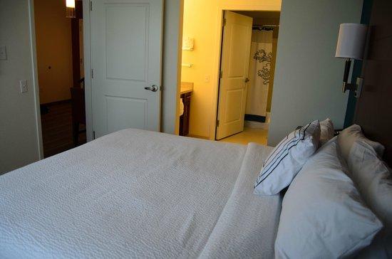Residence Inn Arlington Ballston: Bedroom looking from window toward bathroom.