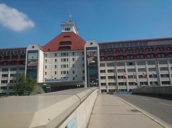 Hilton Vienna Danube Waterfront: Hotel front