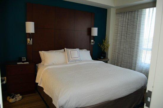 Residence Inn Arlington Ballston: Looking at bedroom from living room.