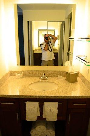 Residence Inn Arlington Ballston: Bathroom (photographer not included in package).