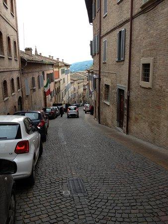 Hotel Raffaello : Vista del viale ove é sito l'albergo