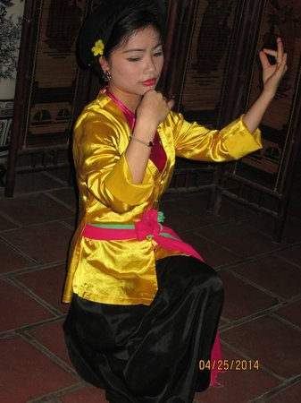 Ca Tru Ha Noi: one of the two dancer/musicians