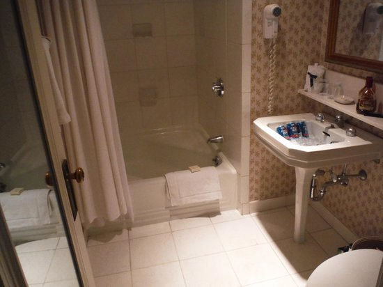 Fairmont Chateau Laurier: TASTEFULLY RENOVATED BATHROOMS