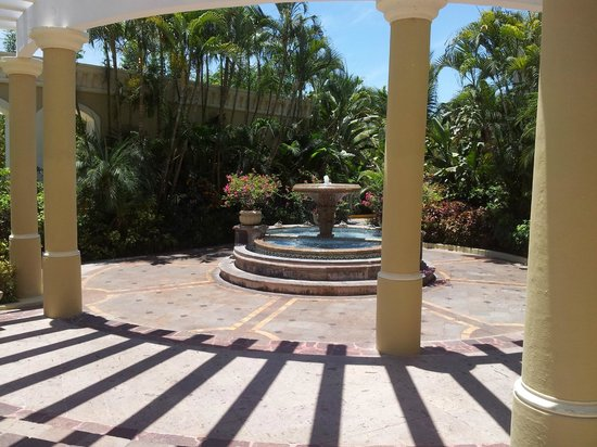 Pueblo Bonito Emerald Bay : fuente afuera de lobby