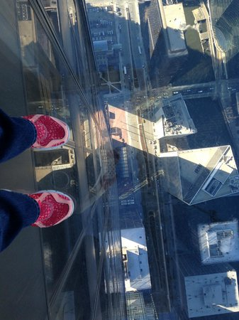 Skydeck Chicago - Willis Tower : my toes suspended above the streets :0