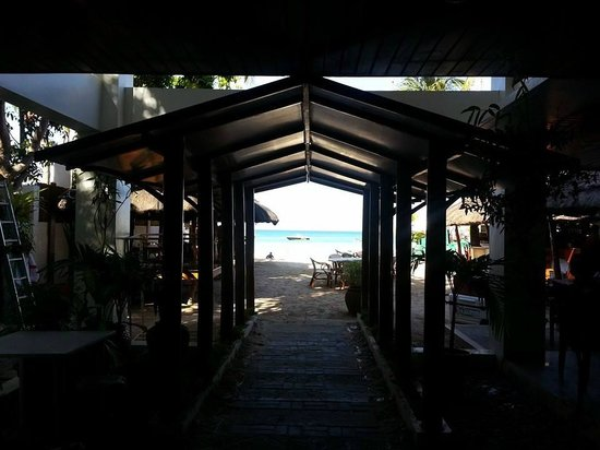 Sur Beach Resort: Way to the beach