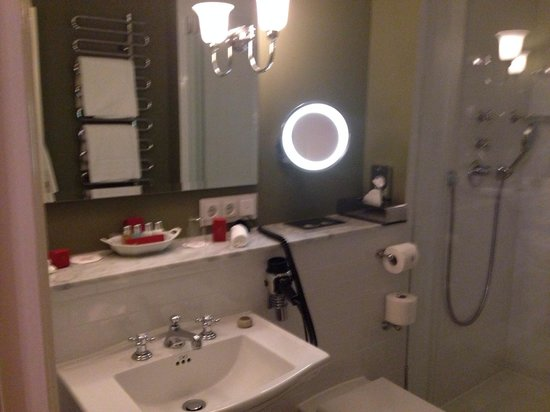 Schlosshotel Kronberg: Bathroom with electrical outlets! And Molton Brown toiletries