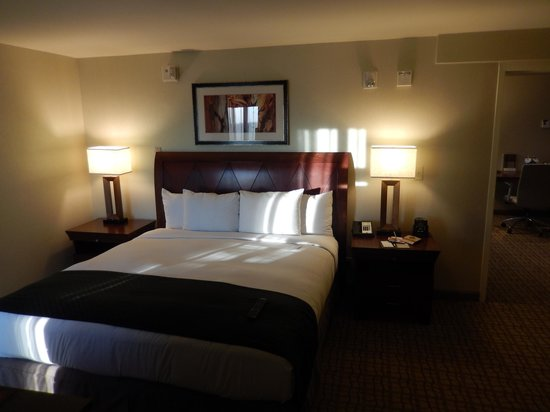 Doubletree Hotel Bethesda: Bedroom of the Two Room Suite