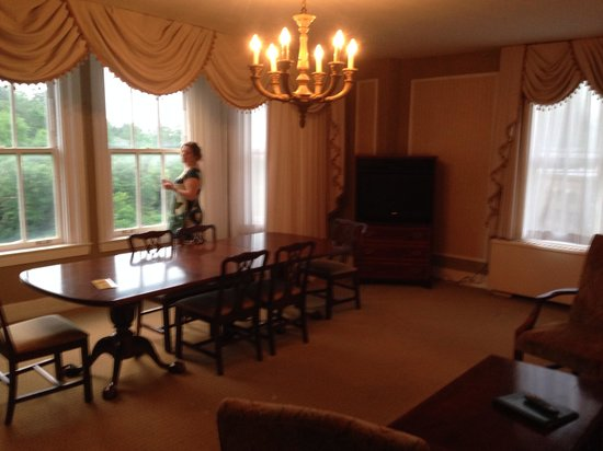 Arlington Resort Hotel & Spa: Parlor side of the parlor suite
