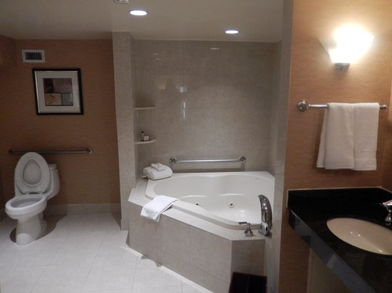 Doubletree by Hilton Bethesda - Washington DC : Bathroom of the Two Room Suite