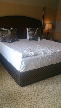 Merit Lefkosa Hotel & Casino: Room and bed