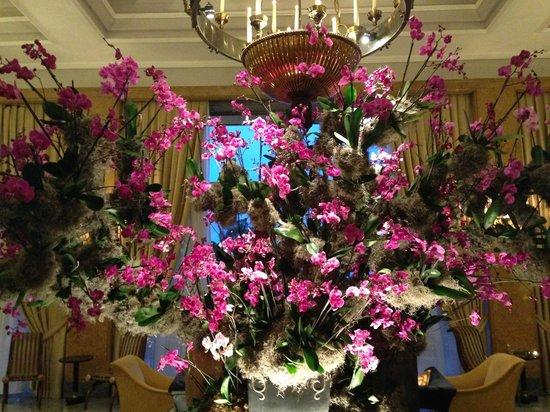 Four Seasons Hotel Ritz Lisboa: Lobby flower arrangement (gorgeous!!!)