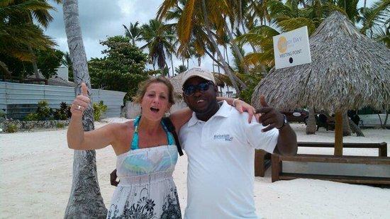 Paradisus Palma Real Golf & Spa Resort: Un amigo, no recuerdo el nombre, nos traía tragos a la playa