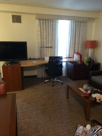 Residence Inn Austin Round Rock: Great desk - tv could rotate!