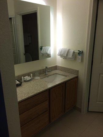 Residence Inn Austin Round Rock: Loved the storage space for the bathroom!