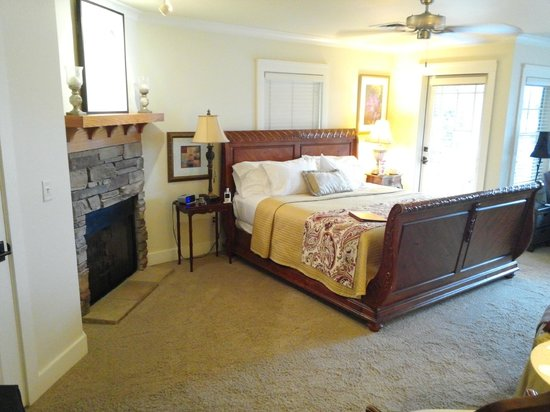 Lookout Point Lakeside Inn: Romance Room w/fireplace - date incorrect, should say 5/8/2014
