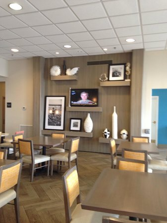 Hampton Inn Pensacola Beach : Spacious breakfast area