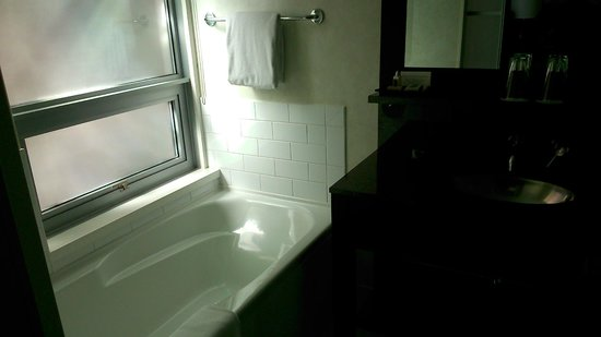 Opus Hotel: Soaker tub