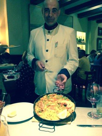 Los Galayos : Pedro and yummy mixed paella!!!