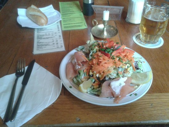 Altes Haus Die Kneipe: a salad with smoked salmon and a baguette