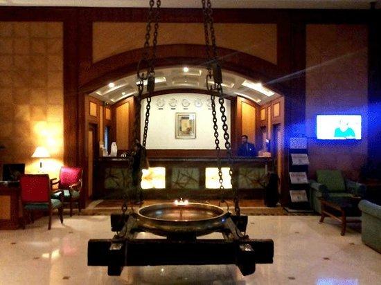 Vits Hotel: The lobby area at VITS, Mumbai with the reception desk behind