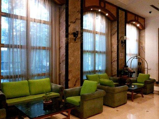 Vits Hotel: Nice lime green upholstery give the lobby a fresh feel at VITS, Mumbai