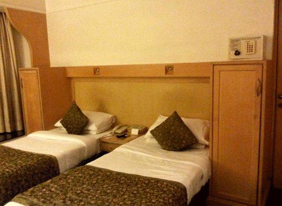 Vits Hotel: The beds, wardrobe and safe at VITS, Mumbai