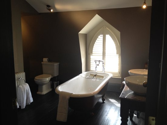 Linden House: Bathroom of suite