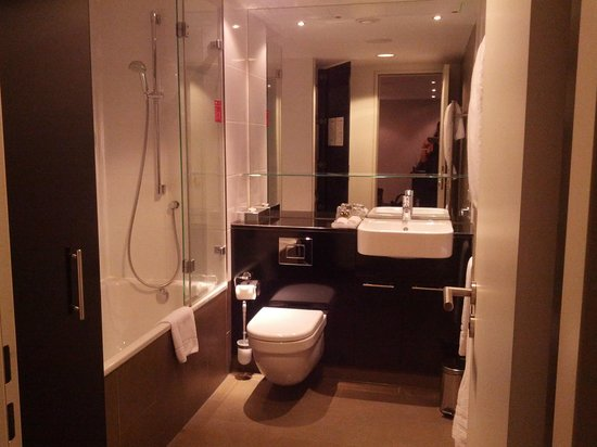Adina Apartment Hotel Frankfurt Neue Oper: bathroom