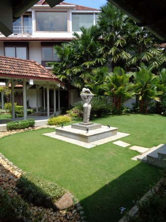 Ramada Resort Cochin: Courtyard