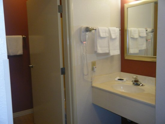 Red Roof Inn Tempe - Phoenix Airport : Clean and bright bathroom area
