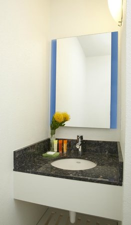 Kauai Shores Hotel : Bathroom detail - Renovated