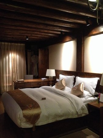 Arro Khampa Shangrila By Zinc Journey : Room with a comfy big bed