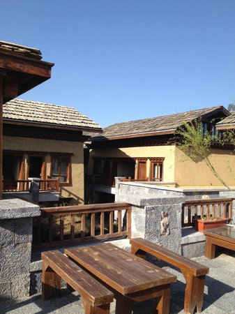 Arro Khampa Shangrila By Zinc Journey : Terrace of hotel's bar and restaurant