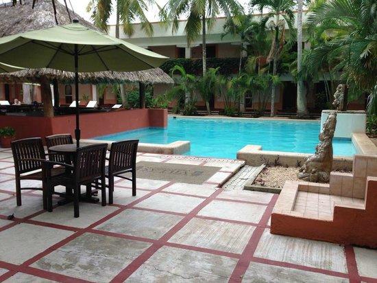 Villas Arqueologicas Chichen Itza: The pool and dining area