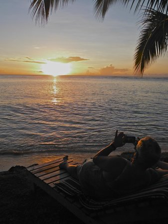 Savaii Lagoon Resort : watching the sunset from a lounger
