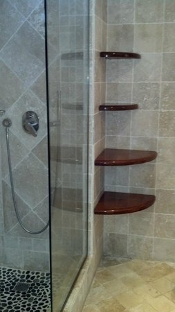 Grand Case Beach Club: Clean, upscale finishes in bathroom