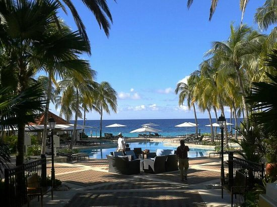 Curacao Marriott Beach Resort & Emerald Casino: Blick über den Pool zum Meer