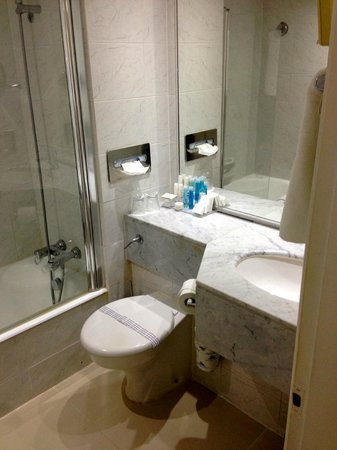 Grecian Park Hotel : Wider view of bathroom.