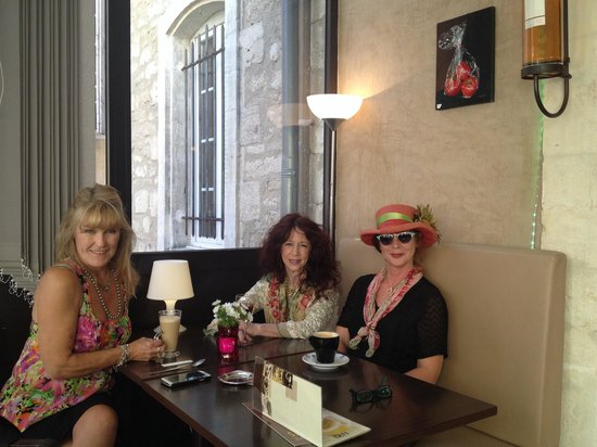 Le St André : Leslie, Susie and Starr stopped for a quick refreshment.