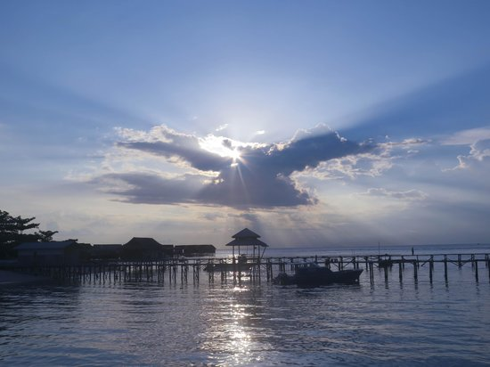 Borneo Divers Mabul Resort: Sunset view from the sun deck