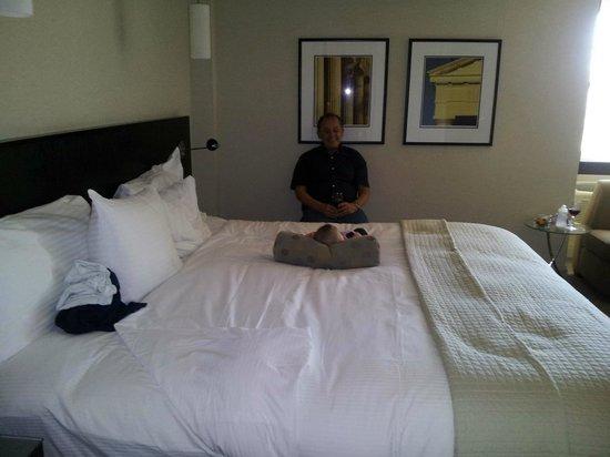 Shaw Club Hotel: Enjoying the King Bed