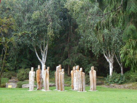VanDusen Botanical Garden : Carved figures i the garden