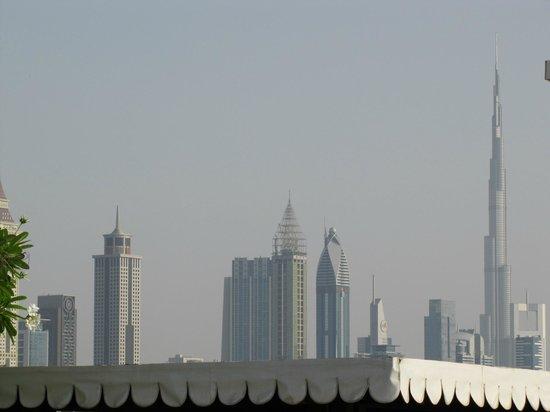 Ramada Jumeirah: Blick vom Pool auf die Stadt