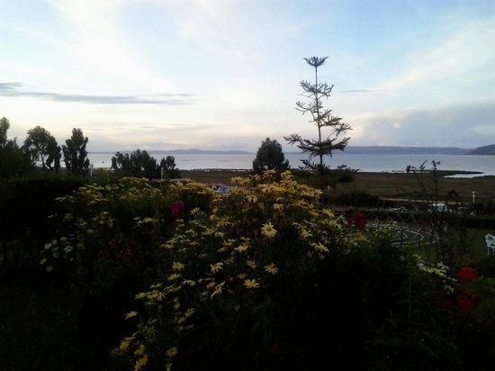 Taypikala Lago: Vista desde el jardín