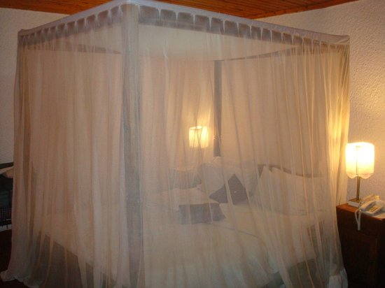 Ilboru Safari Lodge: Comfortable double bed with mosquito net down